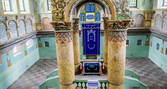 W synagodze możemy podziwiać w pełni odrestaurowane freski i Birmę która jest zarazem elementem architektonicznym – wspiera sklepienie