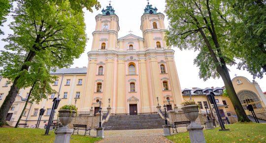 Bazylika mniejsza - Barokowy kościół z dwoma wieżami. Do wejścia prowadza szerokie kamienne schody. Przed kościołem drzewa i kamienne donice z roślinami