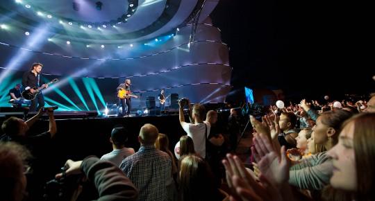 muzycy podczas koncertu, widownia bije brawo