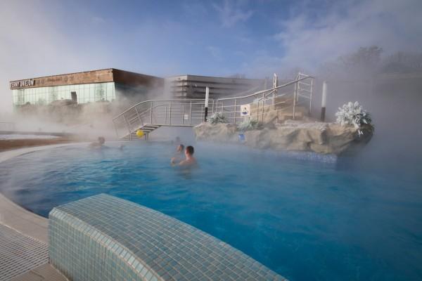 mężczyźni kąpią się w basenach Term Uniejów